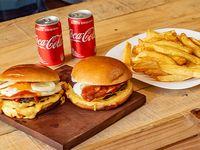 Promo - 2 hamburguesas dobles con entraña con cheddar, huevo frito y pepino con salsa BBQ + 2 papas fritas + 2 latas de Coca-Cola 220 ml