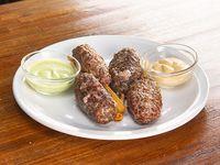 Kebbas de carne con crema y cilantro acompañada De fritas