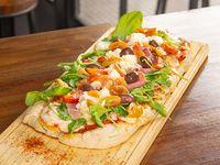 Pizza mozzarella, rúcula y jamón crudo (grande, comen 2)