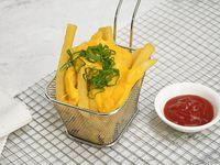 Papas fritas con queso cheddar y verdeo