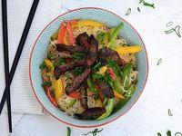 Wok de fideos de arroz ylomo