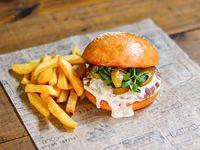 Hamburguesa atrevida con papas fritas