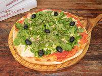 Pizza con mozzarella, tomate y rúcula