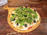 Pizza con mozzarella y albahaca