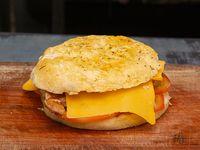 Sándwich 1/4 pollo con queso y tomate