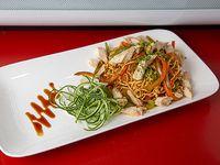 Wok de fideos de arroz y pollo