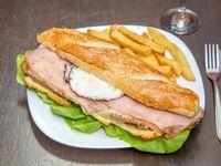 Sandwich milanesa completa con papas fritas