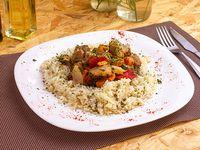 Ragú de carne con arroz a las finas hierbas y guarnición