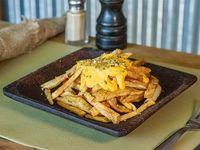 Papas fritas rústicas con queso cheddar