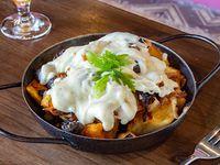 Papas fritas con champignones, cebolla caramelizada y salsa de queso