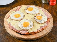 22 - Pizzeta de jamón y 4 huevos fritos