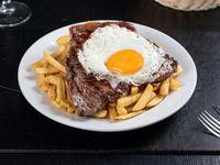 Churrasco de cuadril con papas fritas y huevo frito