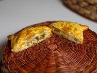 Empanada de queso con aceitunas