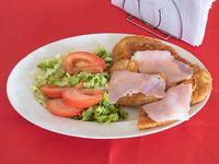 Milanesa de pollo napolitana con ensalada