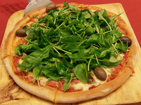 Pizza rúcula con jamón crudo
