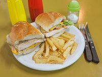 Sándwich de pollo completo con papas fritas