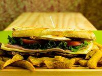 Menú del día - Sándwich de lomito o bondiola completo acompañado de papas fritas
