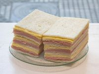 Sándwiches triples de jamón y queso x 50 unidades