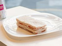 Sándwiches triples de jamón cocido y tomate