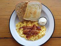 Huevos revueltos con 2 tostadas + dip de queso crema + panceta crispy