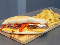 Sándwich lomito americano con papas fritas