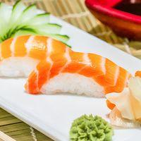 Niguiri de salmón (2 piezas)