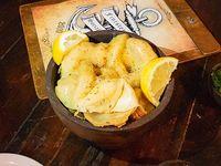 Aros de cebolla con queso fundido