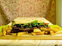 Sándwich de churrasquito de lomo con lechuga y tomate
