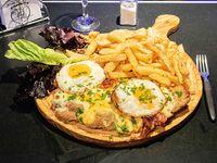 Milanesa con cheddar doble, huevo frito, bacon y perejil