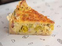 Tarta de puerro, panceta y queso