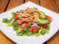 Ensalada #4 lechuga, tomates cherry, cebolla morada, palta y salsa golf