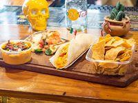 Combo 1 - Taco + quesadilla + papas o nachos + salsa