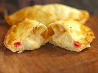 Empanada de jamón, queso y aceitunas
