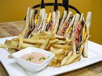 Koko club sándwich con papas fritas