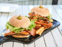 Promo - 2 hamburguesas al pan + papas fritas