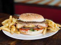Hamburguesa doble de carne gigante con papas fritas