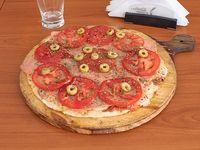 Pizza de jamón y tomate