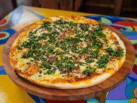 Pizza con panceta y pesto