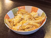 Papas fritas con huevo