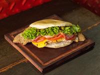 Sándwich panceta, tomate, lechuga, huevo y aceituna