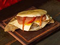 Sándwich de jamón, queso, huevo y morrón