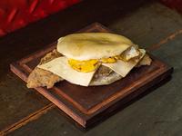 Sándwich de queso y huevo a la plancha