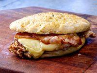 Sándwich de pollo 1/4 con panceta y queso
