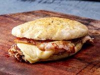 Sándwich de pollo 1/4 con panceta, mozzarella y queso
