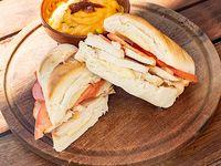 Sándwich de pollo napolitano + papas al horno en cubitos con salsa cheddar y verdeo