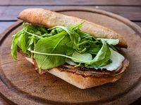 Sándwich de peceto + papas al horno en cubitos con salsa cheddar y verdeo