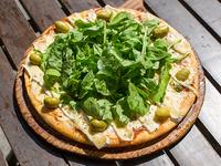 Pizza de queso brie y rúcula