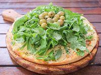 Pizza de provolone con rúcula