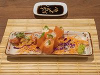 Geishas de salmón fresco, queso, rúcula, aceitunas negras y parmesano