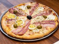 Pizza con huevo, panceta y aceitunas